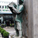 Kunstvoller Brunnen in der Fußgängerzone Kölns