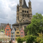 Bunte Häuser vor der Kirche Groß St. Martin in Köln